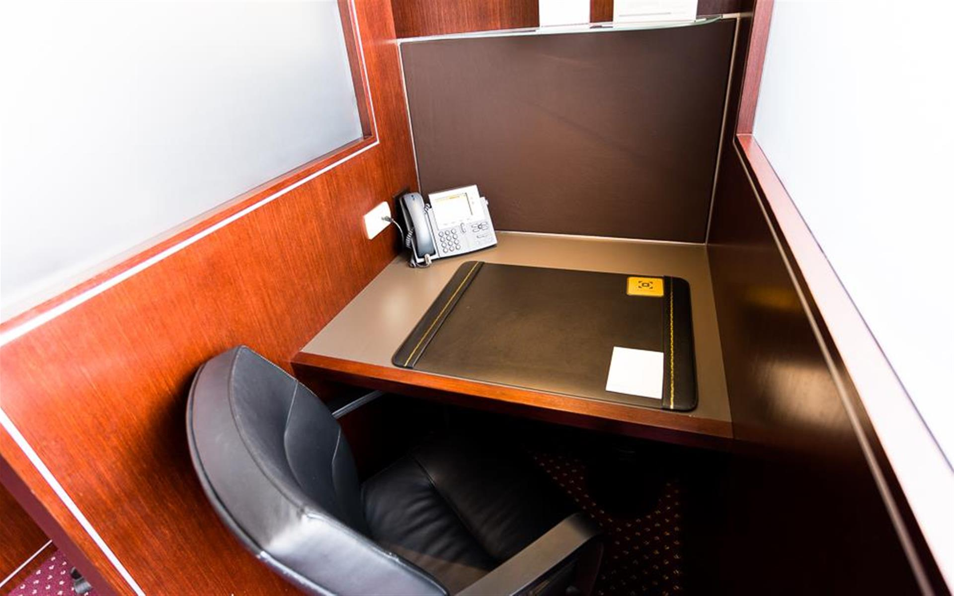 Servcorp - Downtown Los Angeles - Coworking Lounge Workstation 4