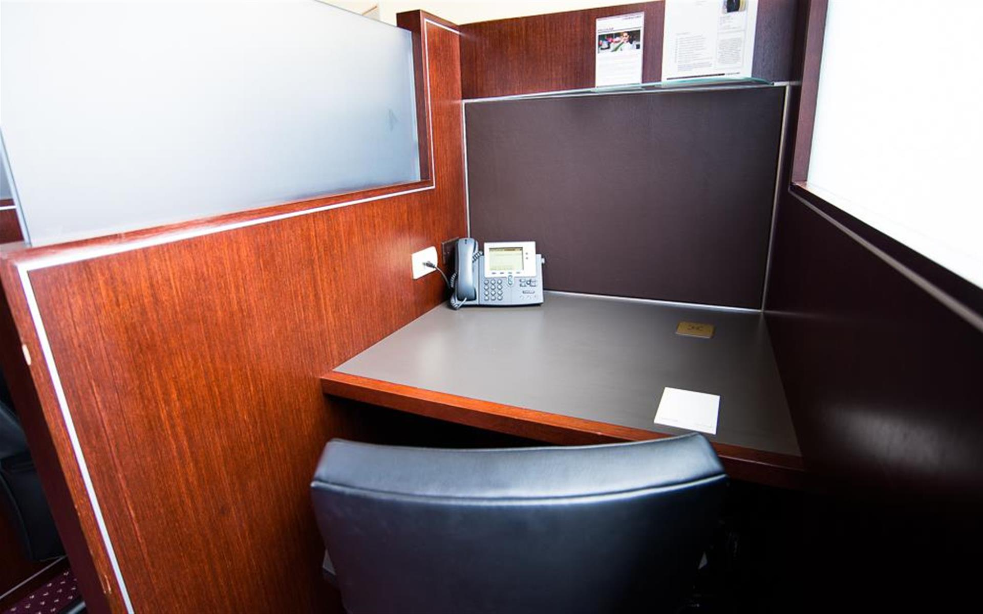 Servcorp - Downtown Los Angeles - Coworking Lounge Workstation 3