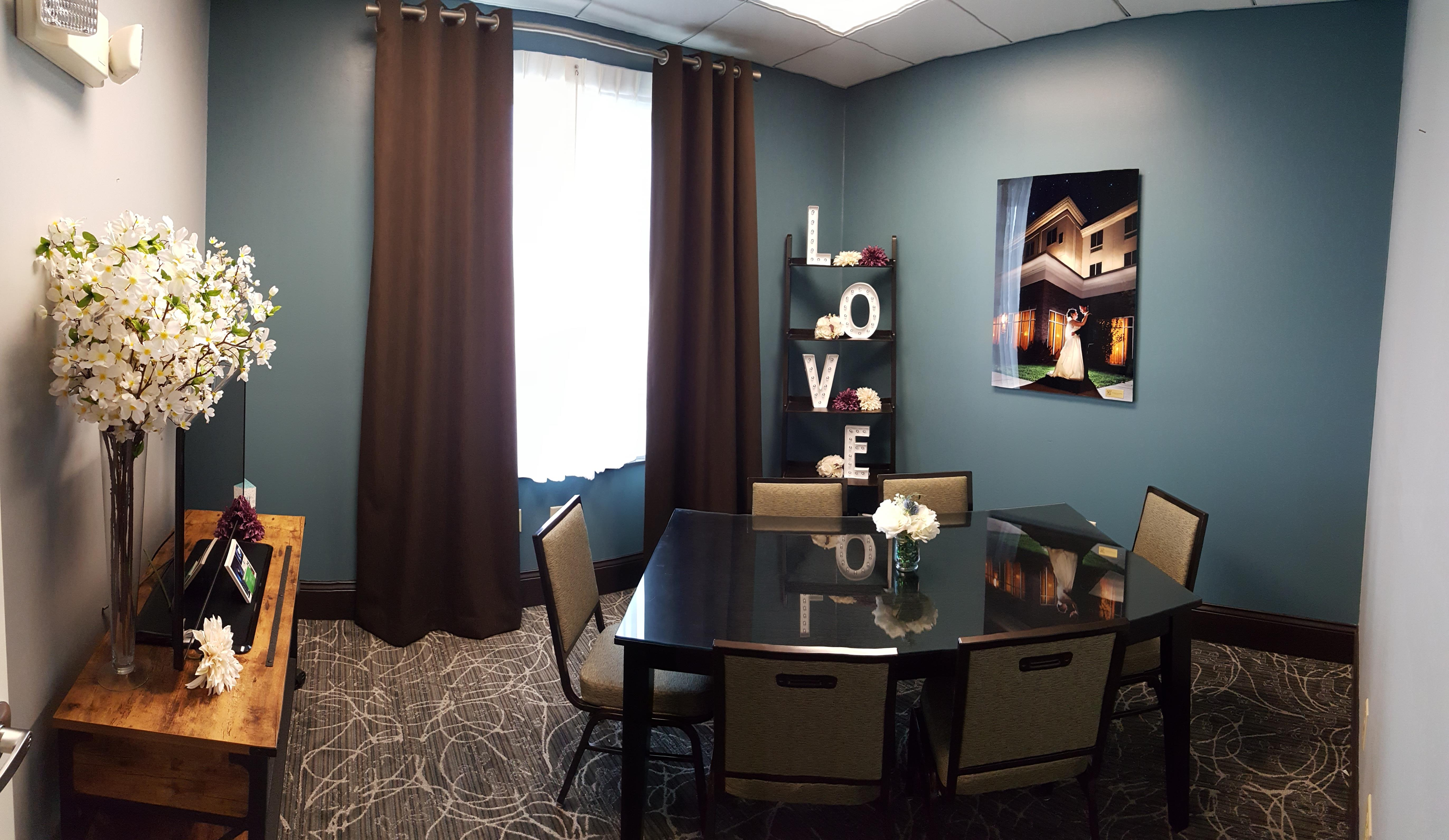Holiday Inn & Suites - Holiday Room