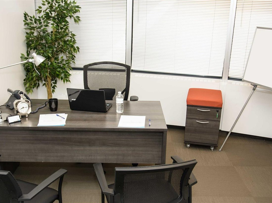 Bureaux Open Space Jam : Private office for 3 at agile offices liquidspace