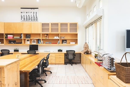 West Hollywood creative room with parking - co working desk