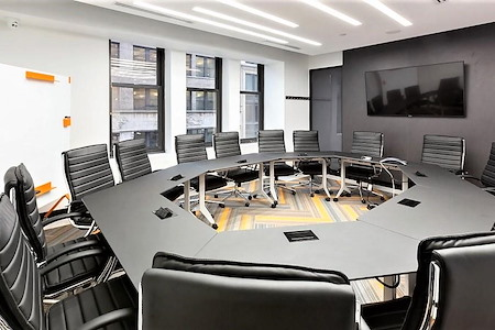 Jay Suites Fifth Avenue - Octagonal Meeting Room with Windows 16p