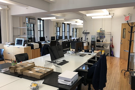 Motion New York - dedicated desk in excellent corner suite