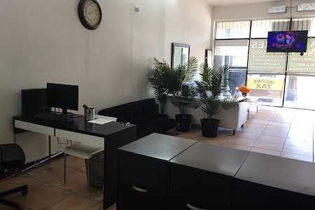 Private desk space with wall divider - DESK SPACE ON BUSY 8ST CLOSE TO BRICKELL